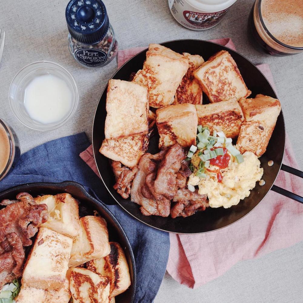中西合併之煉乳法式吐司佐蜜汁醬燒豬肉片和超軟Q鮮奶炒蛋