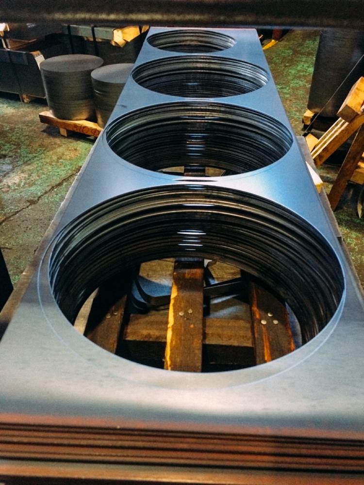 神器鐵鍋是選用日本良好生鐵板直接裁切沖壓成形,所以才能熱鍋冷洗也耐刷,和鑄鐵鍋是完全不同的喔。