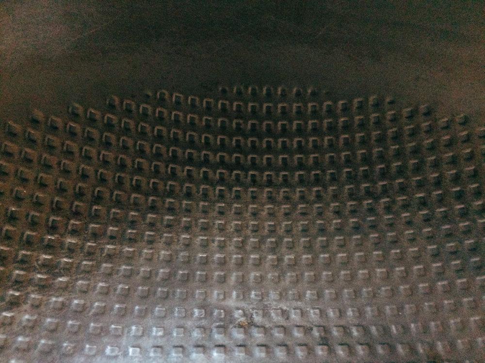 神器鐵鍋的鍋面有特意設計的凹凸起伏,一是可以增加導熱的面積可以加熱更快;二是可以減少食物油脂的沾付。