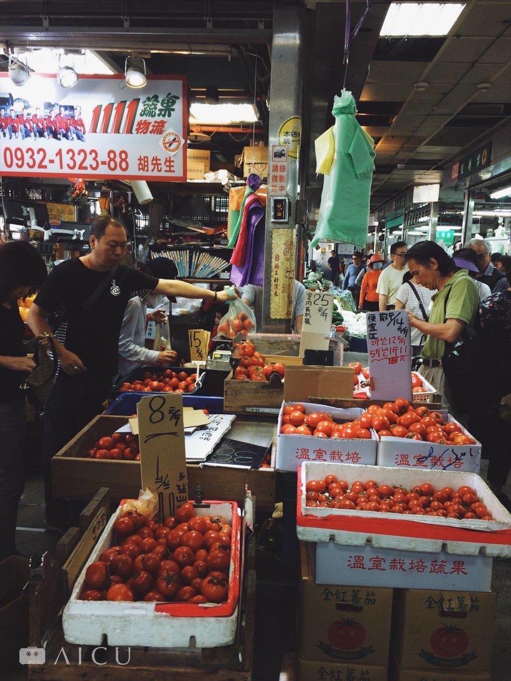 濱江市場靠近馬路這一側,在專賣山藥南瓜等根莖類旁,這攤專賣番茄的攤商。