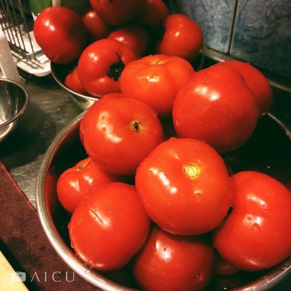 01|取調理盆先將番茄去蒂洗淨。