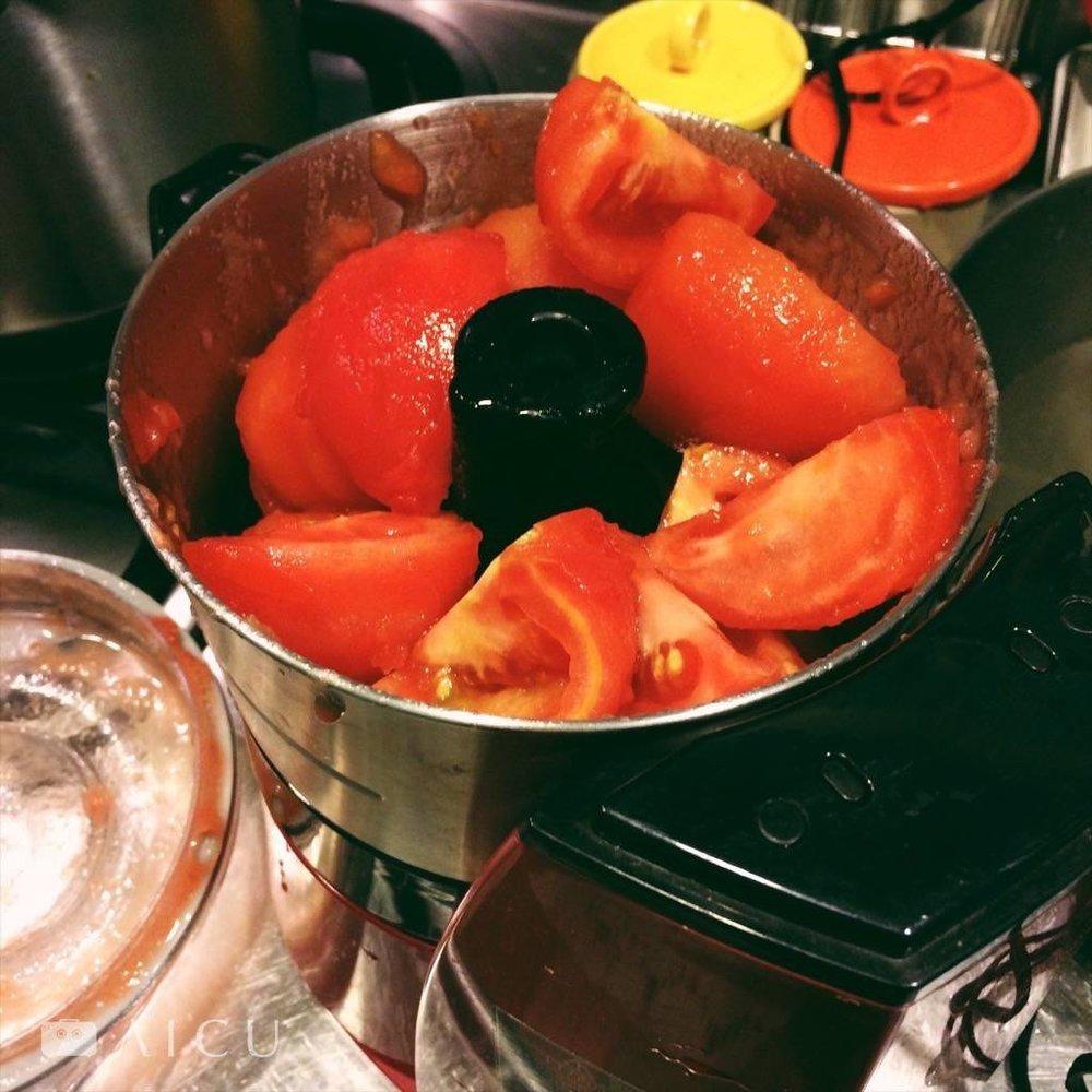 03|番茄去皮後切塊,放入食物調理機中攪拌成泥。