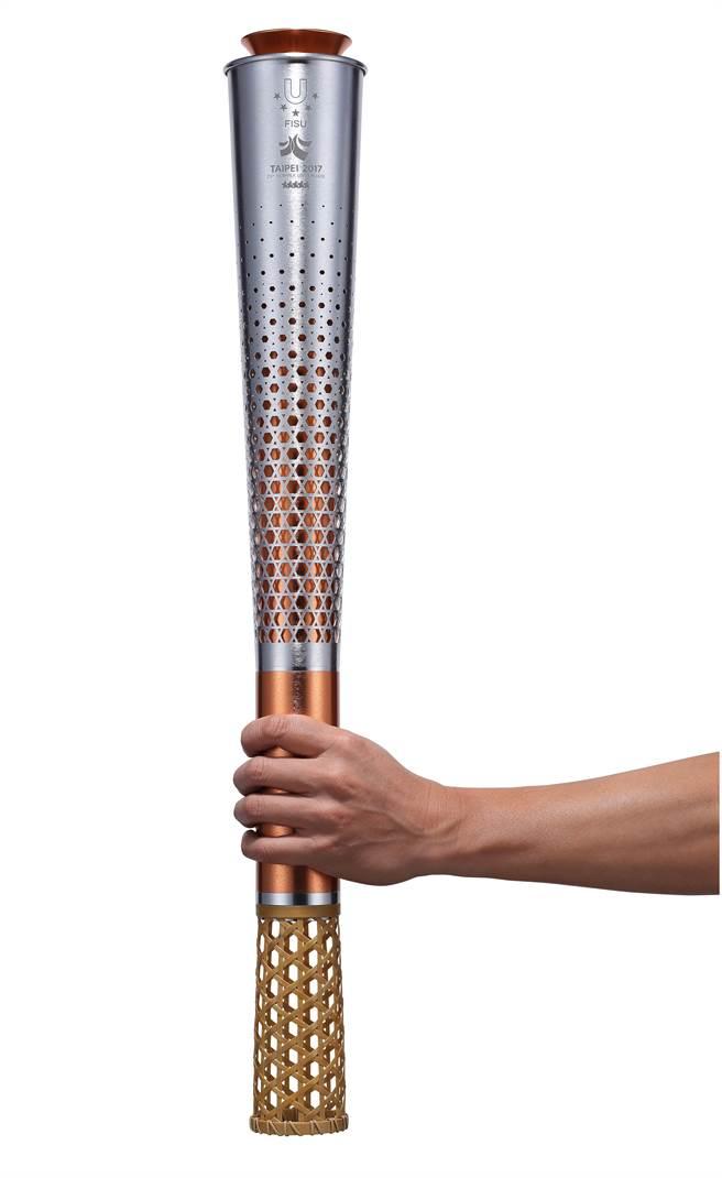 下方為竹藝手工編織,握手處是合金,最難是聖火火焰控制。