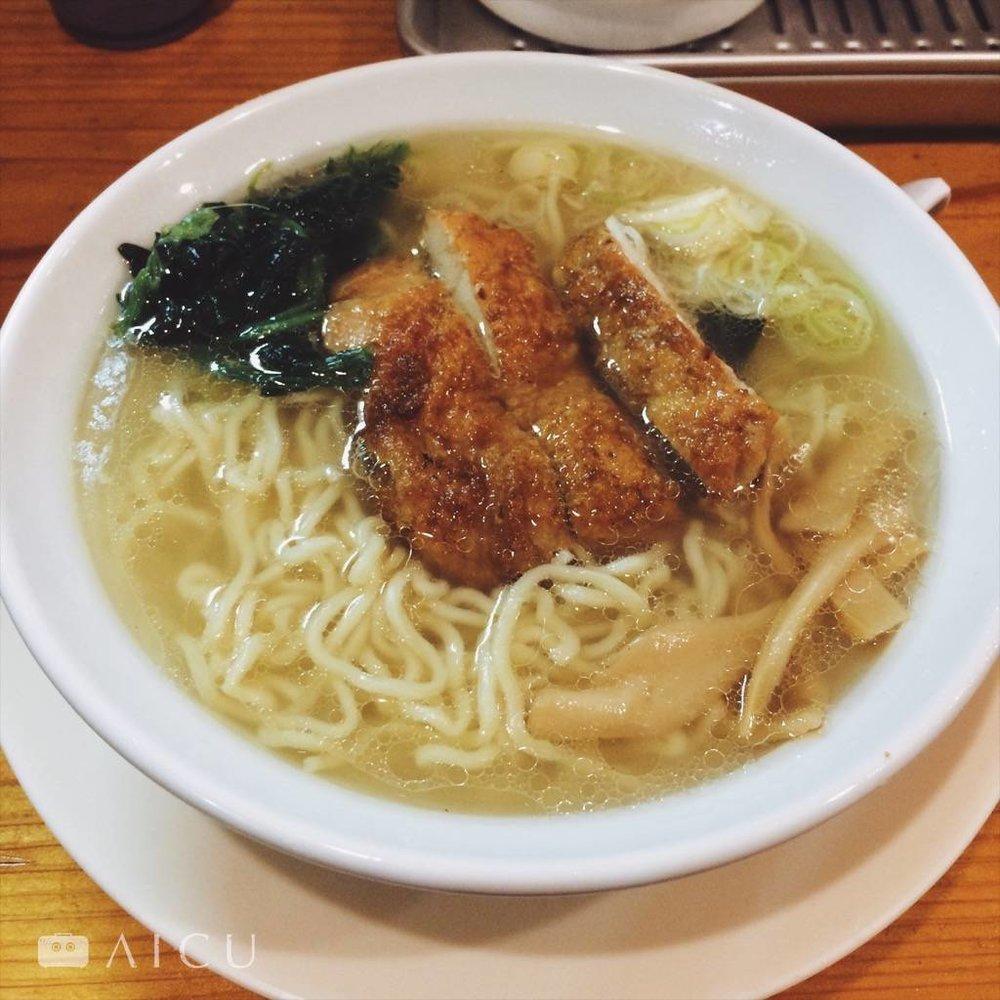 燒烤地雞鹽味拉麵,雖不解雞皮泡湯的美味,可吃來大大緩了一口氣的撫慰。