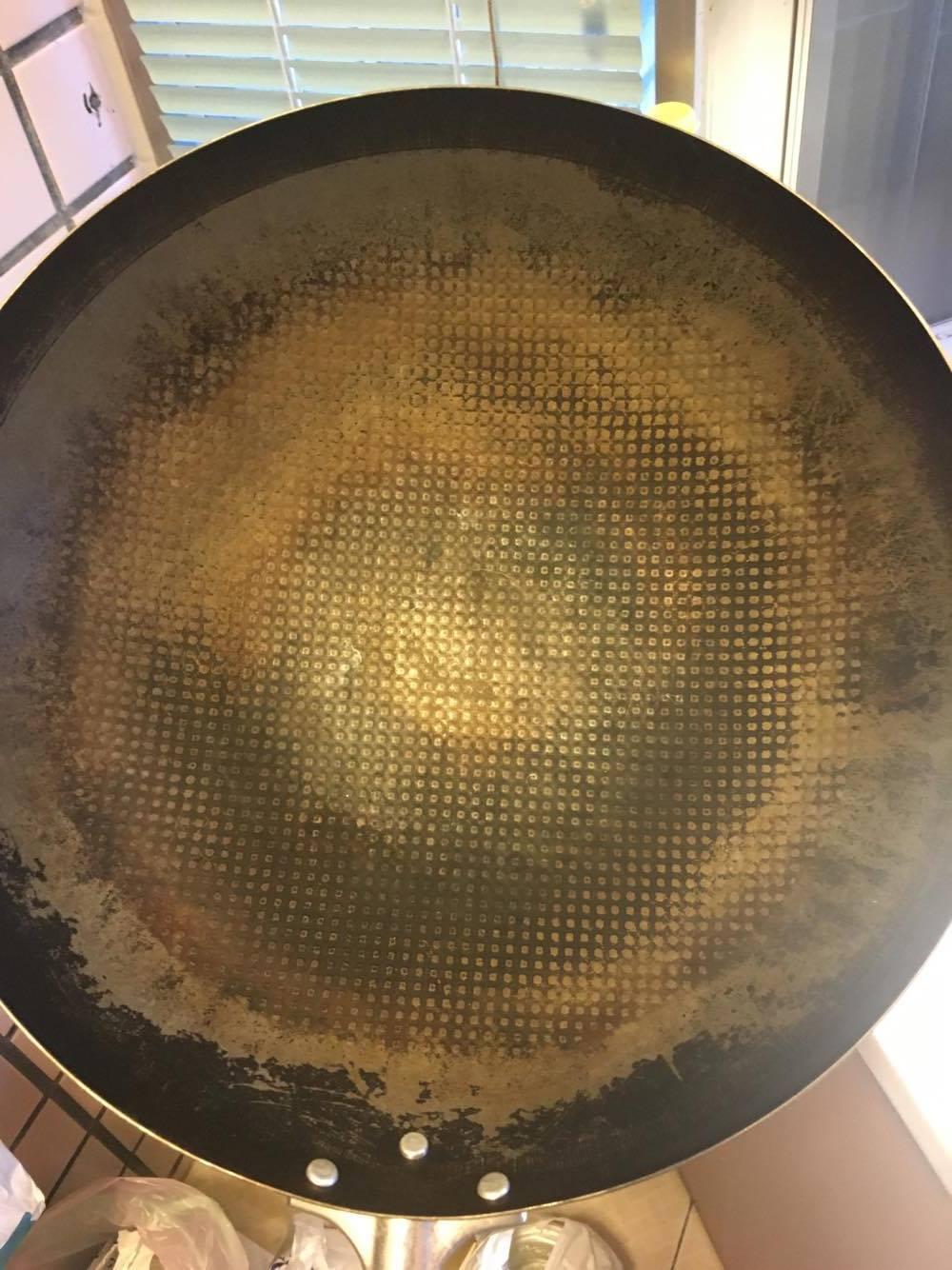 別擔心!變成這樣也還有得救。 - 此神器鐵鍋是先經整個鍋面用菜瓜布+鐵刷刷掉之後,沒有洗淨後上火烘乾,然後又泡水,因此整個均勻生鏽。
