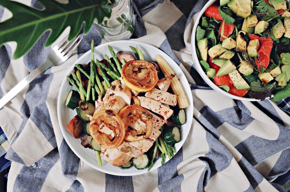 低碳午餐01 - 香菜檸檬汁雞胸肉蔬菜佐鮭魚酪梨貝比生菜。