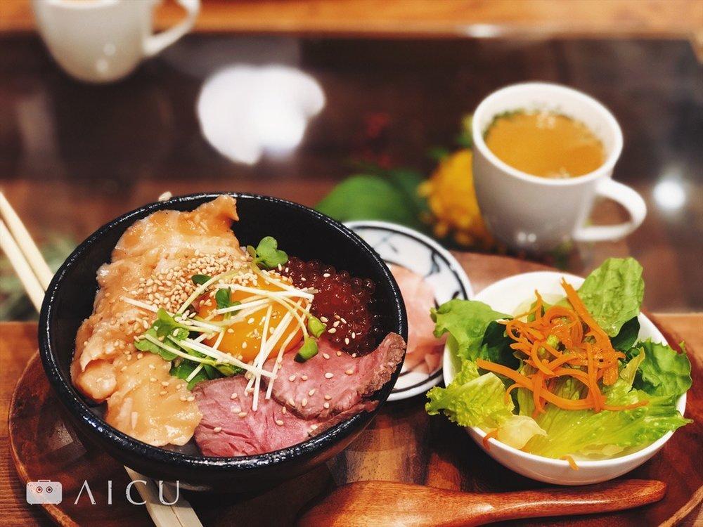 午餐丼飯:鮭魚卵、醬油漬鮭魚、烤牛肉。