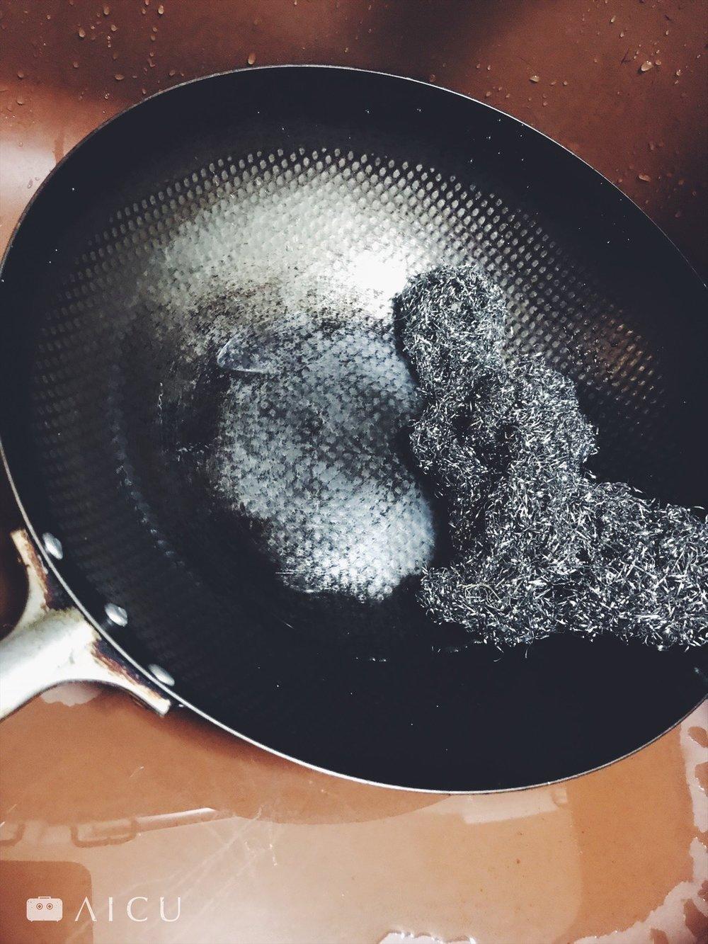 刷掉就對了 - 神器鐵鍋趁熱洗,大多能洗乾淨;棕刷/洗碗布都可以,但直接用鐵刷也沒問題。