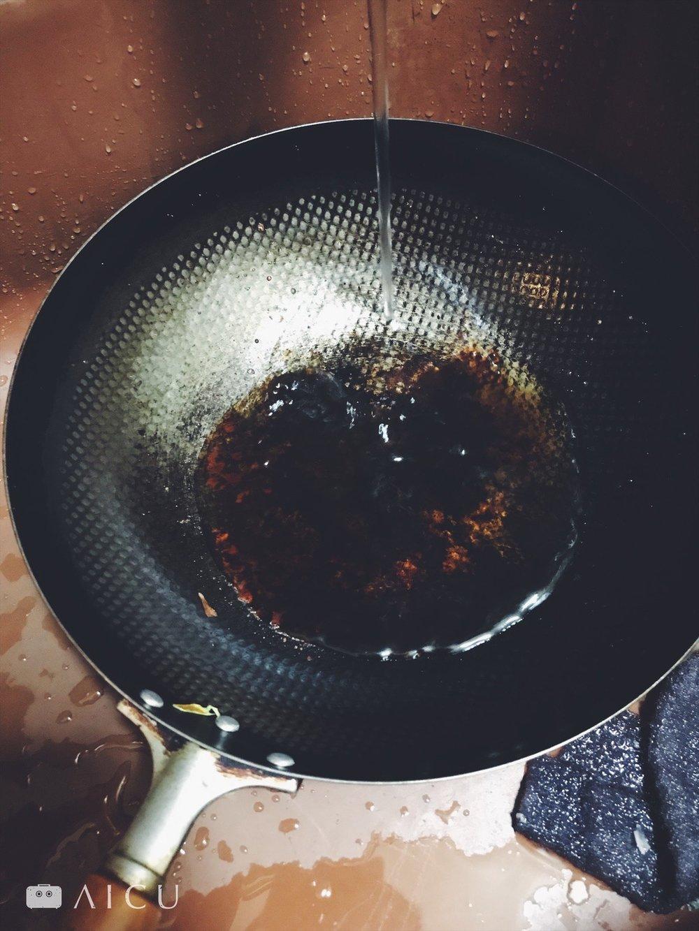 直接沖水趁熱洗 - 神器鐵鍋其中一個厲害之處,就是熱鍋直接沖冷水也不打緊,馬上洗,就能洗乾淨。