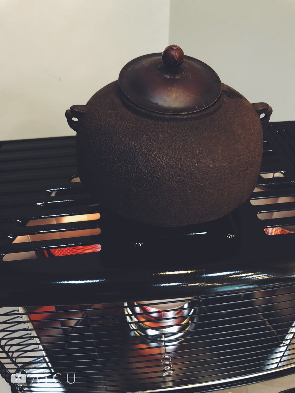 用暖爐有時太乾燥,因此最好是放個煮水壺或鐵壺在上頭,又煮水也是增加濕度。