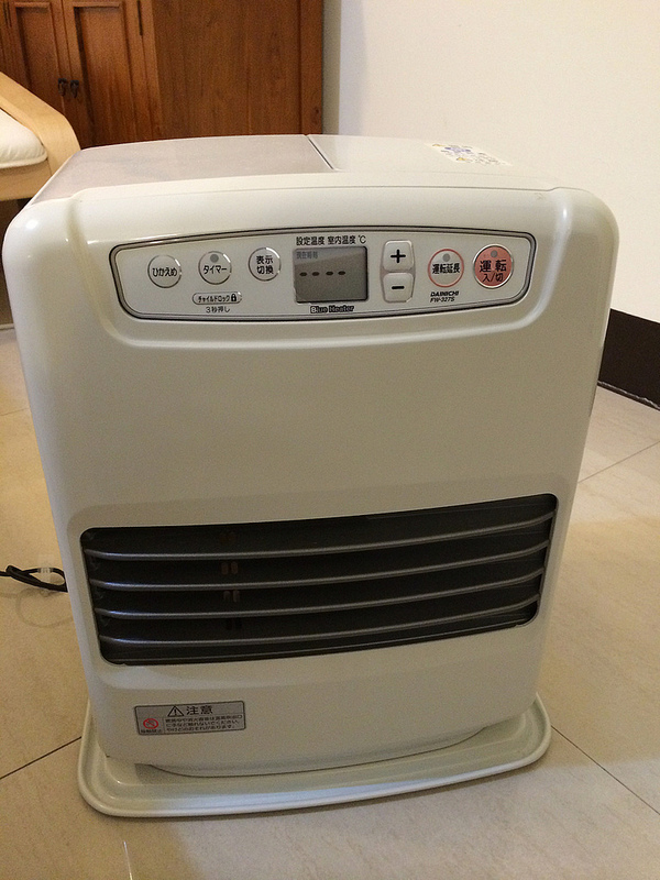 Dainichi暖爐,此種需插電,但放在家裡較安全,也有明確溫度顯示。