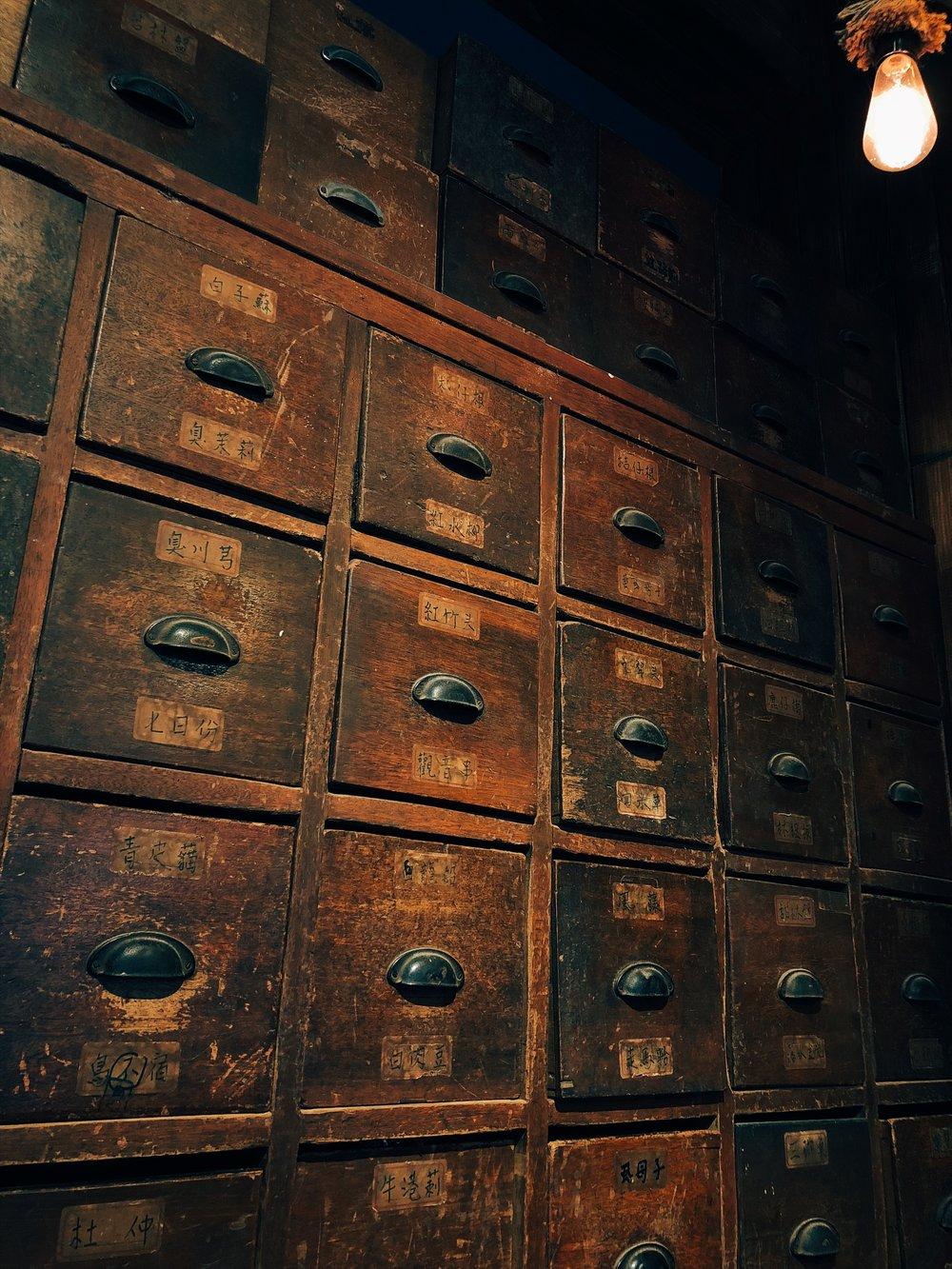 姚德和青草號 - 好想打開每一個抽屜聞聞藥草的歷史味