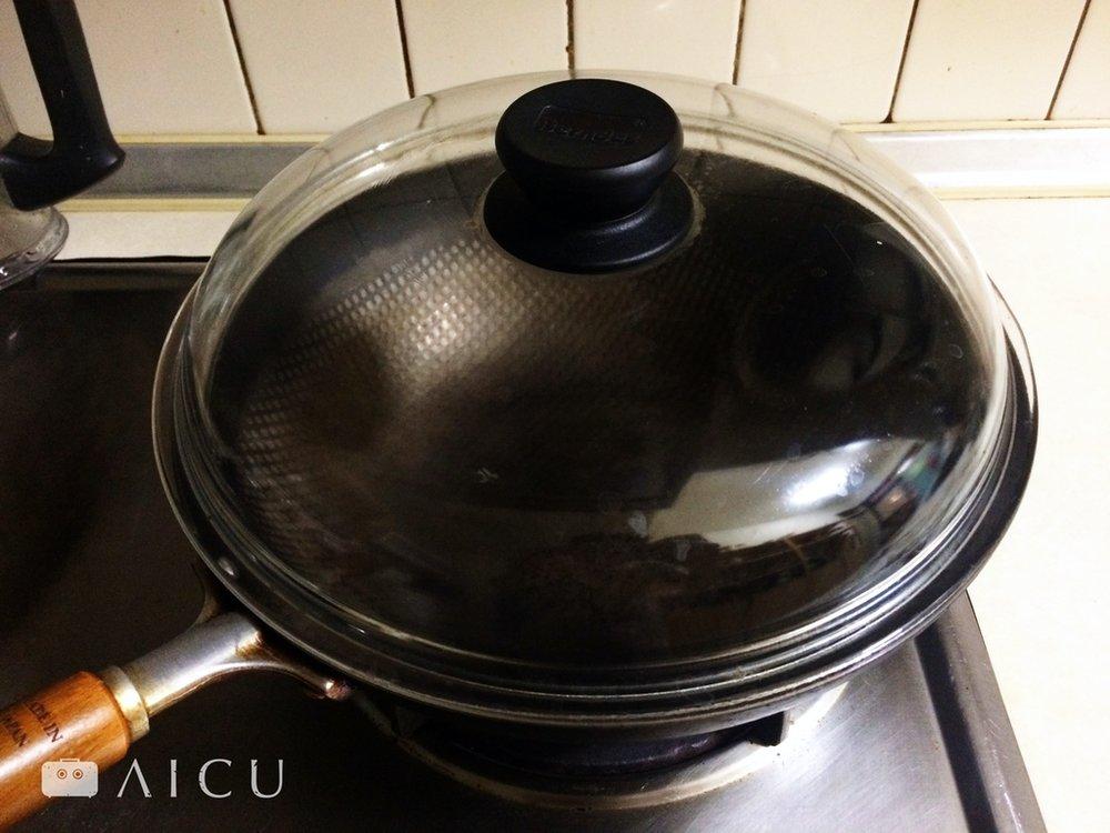 神器鐵鍋沒有附鍋蓋 - 一般市售28公分鍋蓋,如均岱、寶迪等均可使用於28公分的神器鐵鍋上。