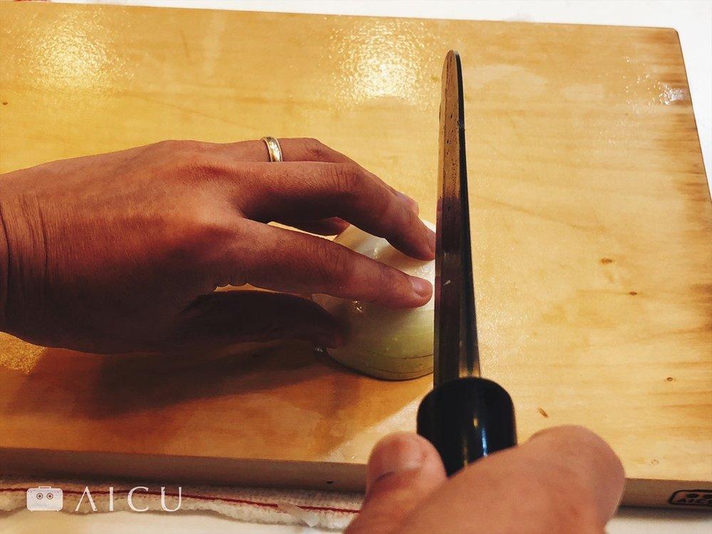錯誤的姿勢 - 千萬別把手指張開,容易切到指頭。