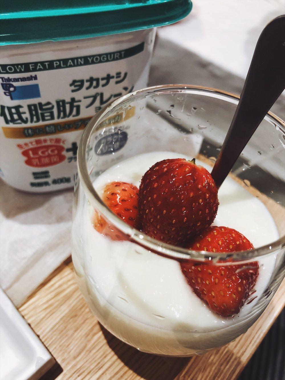 日本旅行時外食少蔬果(特別是拉麵和燒肉吃太多時),記得可以買些不同品種的草莓,搭配很划算的優格,睡前吃、睡起吃。多多益善。