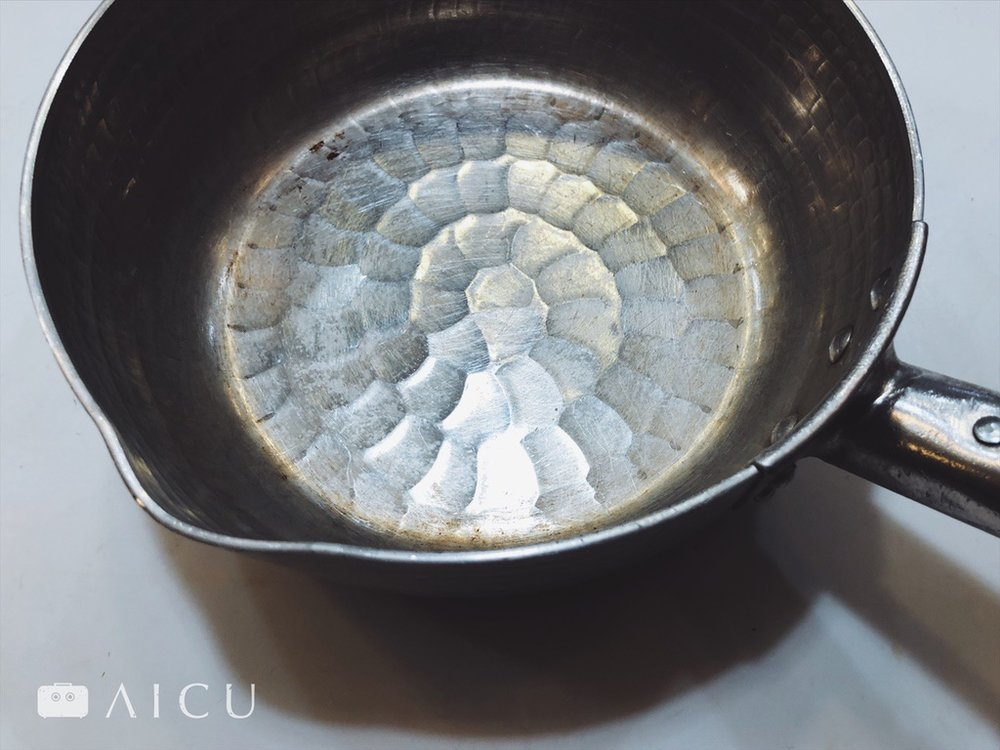 鋁雪平鍋用久就會變色,這是它自然留下痕跡的姿態與特色。