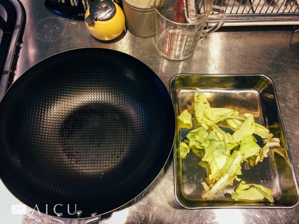 02 準備不要的菜葉 - 最好是高麗菜最外邊,或是其他葉菜都可以。#神器鐵鍋使用的是植物原料塗層,因此無需以較危險的空燒來進行開鍋。#神器鐵鍋以炒菜開鍋,因此此菜葉不能食用。
