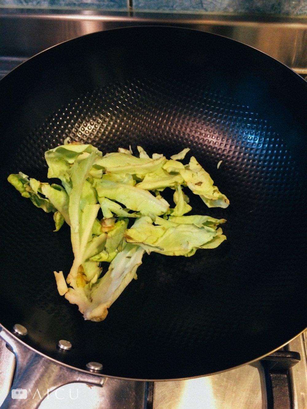 05 炒菜 - 持續中小火(新手可請使用小火),像一般炒菜方法,只是炒久一點,讓每一吋鍋面都吃到油、都炒菜經過。#炒完後因熱萎縮的菜葉請丟掉勿食用