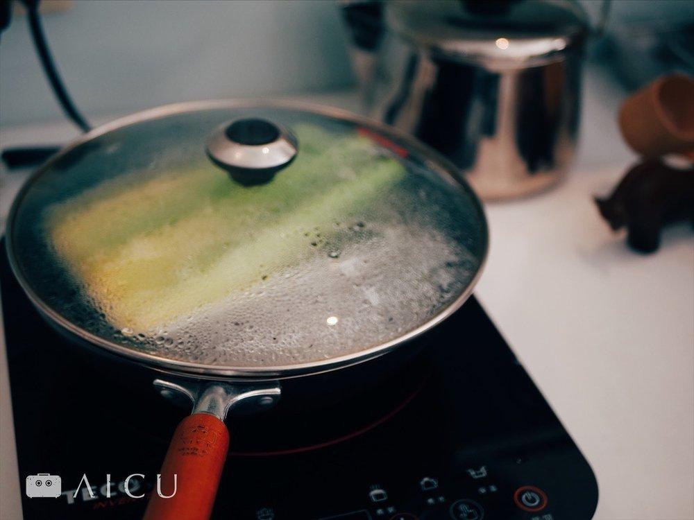 帶水滾後放入蒸盤、調理盤以及筊白筍,上蓋後約5-10分鐘即可。