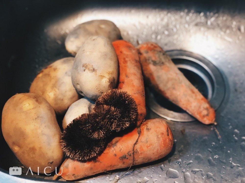 棕刷洗蔬果很好用 - 三兩下,不傷表皮的清潔溜溜。