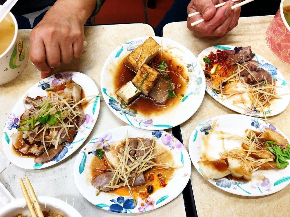 點上滿滿一桌小菜是最過癮,四人一桌點滿,不過400多元。