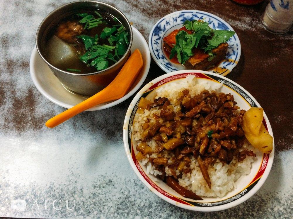 台北|金峰滷肉飯 - 知名老店,排隊長龍。三層肉條,那醃瓜很重要。
