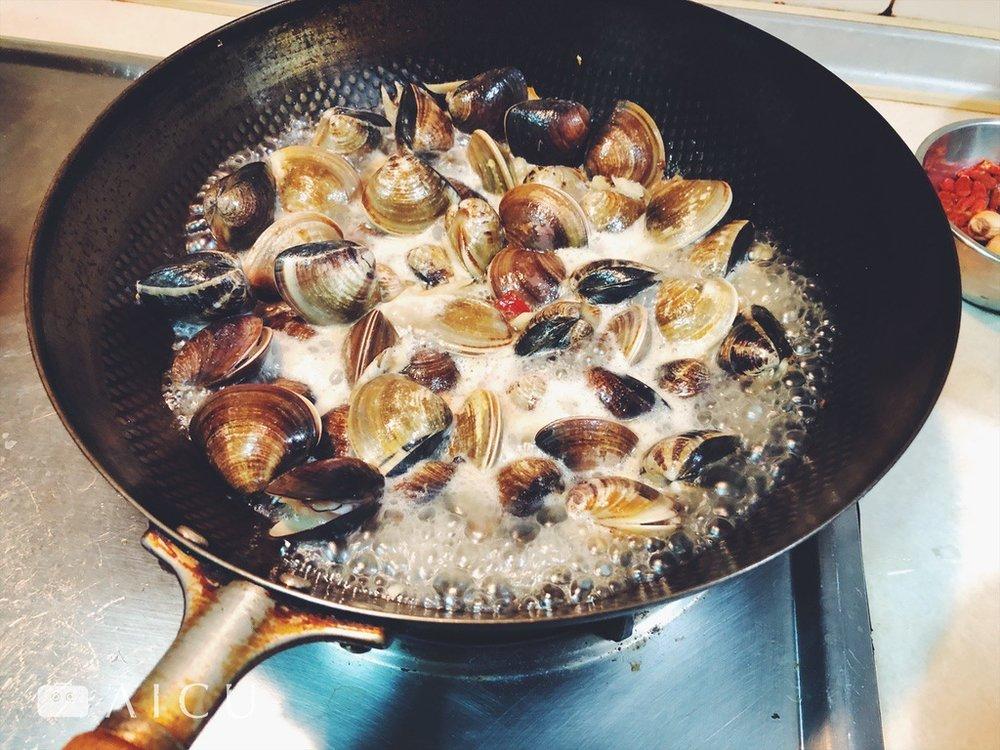 神器鐵鍋炒蛤蠣 - 免出門,在家也能輕鬆享受熱炒。