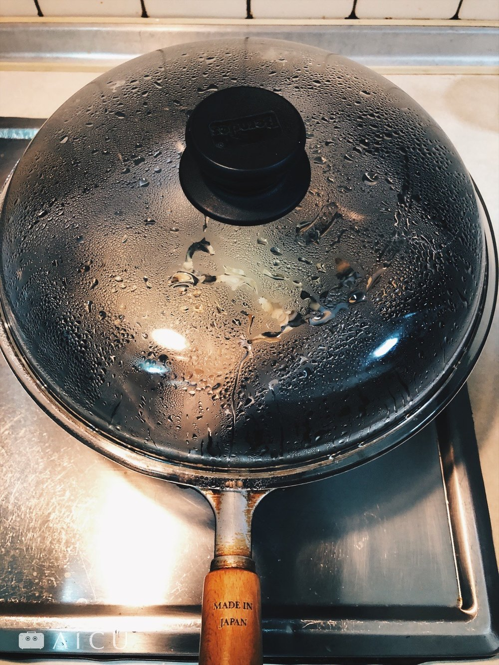 AICU神器鐵鍋只要一般市售28公分鍋蓋多可合用,如圖為寶迪鍋蓋。
