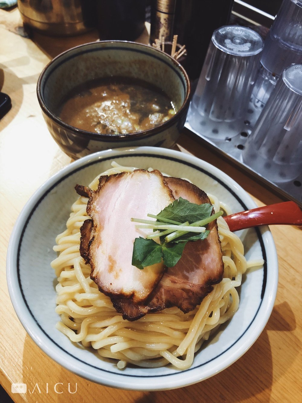 沾麵相比拉麵,更能吃出麵條的口感,不過麵條要冷、醬汁要熱,才能吃出對比。