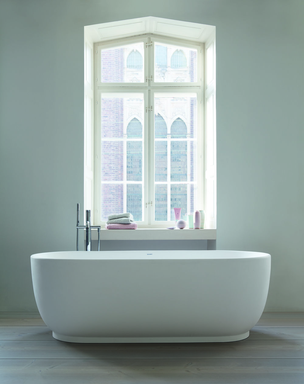 The LUV Bathroom range features oval shapes and fine lines, spacious basins and tubs and fine rims. DuraCeram is a material developed by DURAVIT which can be used to create particularly refined shapes with great stability. Available in glazed white, grey or sand tones with matte exterior surfaces. Available now at the Alcudia branch of DURAN.