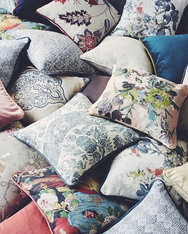 Chilly days have us wanting to cozy up with some Signature Collection pillows from @gpjbaker for @leejofa ❤
