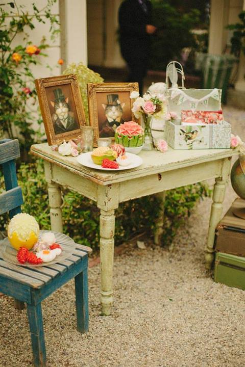 The beautiful Vintage table with the portraits.