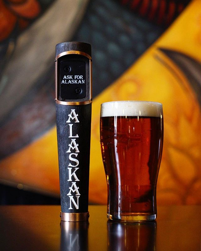 @alaskanbrewing Spruce IPA is brewed with, you guessed it, Sitka spruce tips that grow in the untamed forest of southeast Alaska! Earthy, woodsy, bright and peachy, with a surprise caramel and berry spice finish. 👌🏻🌲🍻