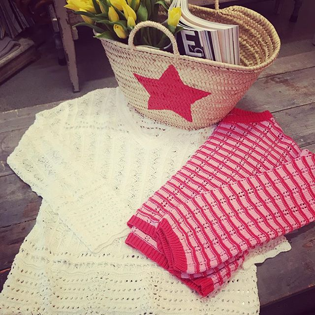 Spring Knits Straw Tote make for a happy day ⭐️ . . #sweater #knits #whitesweater #pinkandred #springfashion #boutiquefashion #womensboutique #fashonistas #retailtherapy #shopping #accessories #strawbags #beachbags #bedifferent #dresstoexpress #affordablefashion #lovelocal #01940 #marketstreetlynnfield #outdoormarket #shoppingexperience #shoppingfun #northshorema @lovenbe @missmejeans @willowandclay @thelovemagazine @marketstreetlynnfield @wholefoodsnorthshore