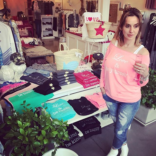 Great day at @pia_lovesfashion with @lovenbe trunk show!!! Still on tomorrow, Sunday - enjoy 15% off entire store and Spring @lovenbe collection . . #boutiquelife #trunkshow #fashonistas #savings #socialize #party #mingle #graphictees #locallymade #madeintheusa #lovelocal #boutique #boutiqueshopping #affordablefashion #bedifferent #strawbags #beachbags #expressyourself #womensfashion #01940 #marketstreetlynnfield #northshorema #retailtherapy #outdoormarket #shoppingexperience #enjoyshopping @pia_lovesfashion @marketstreetlynnfield