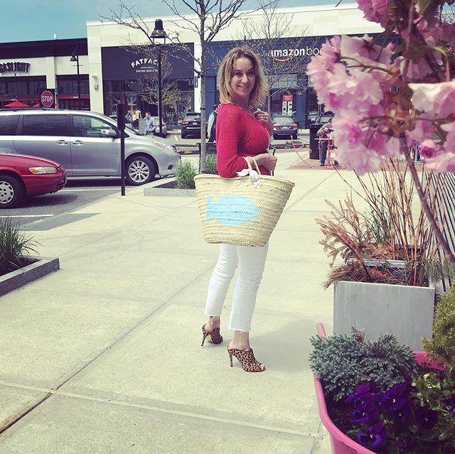 Denim lounge picture #8: Afternoon stroll at  @marketstreetlynnfield  with my new, high rise WHITE jeans by @kutfromthekloth, @woodenshipsknits cotton sweater and custom made lg straw bag by @lovenbe . Lunch cocktail at @gaslightkitchenandbar ?! . Change your Kut change your world @kutfromthekloth . . #springvibes #beautifulday #shopping #funshopping #boutique #boutiqueshopping #retailtherapy #piavibes #lovelocal #denimlovers #casualchic #dressforfun #strawbags #woodenships #summerlovers #whitejeans #marketstreetlynnfield #gaslightkitchenandbar #cocktails #lunchcocktails #lifeisgood #01940 #outdoormarket