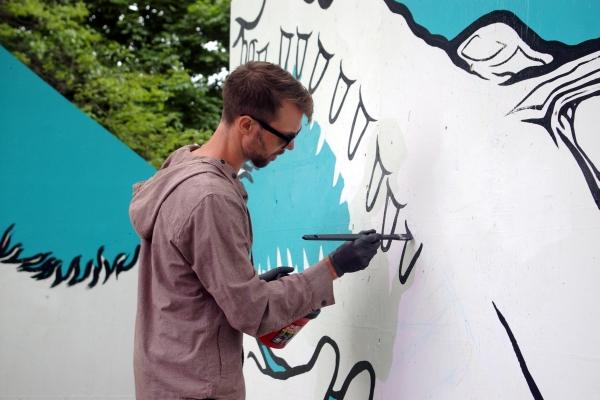 19.-Artist-Jeff-Blackburn-working-on-his-gorrila-wrestling-an-alligator-piece-for-Artist-Takeover..jpg