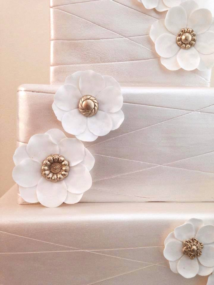eatcakebemerry_shimmer_flower_button_centers_cake.jpg