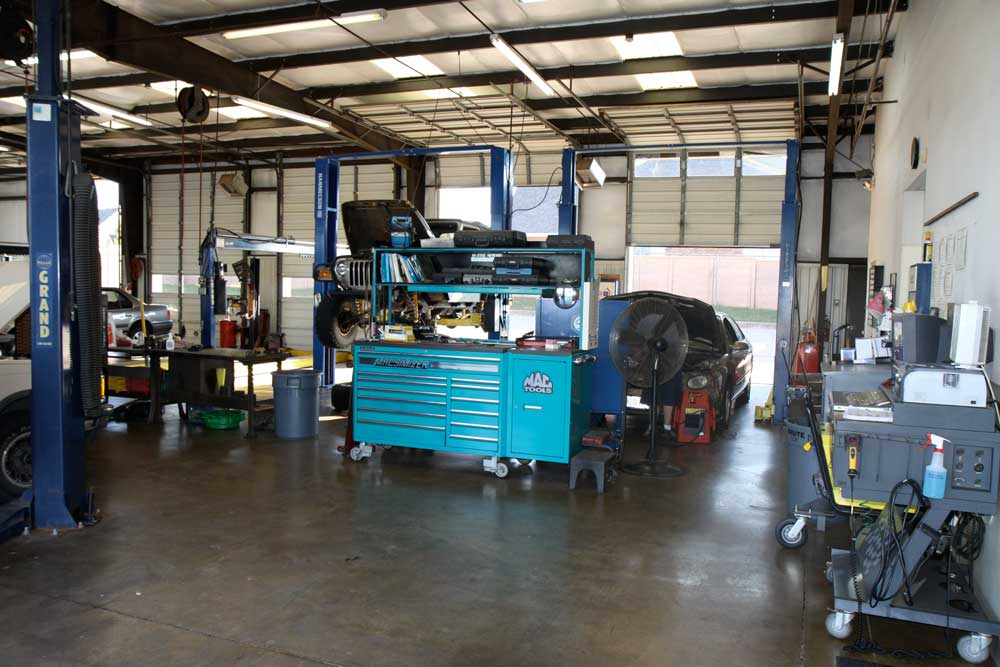 A good mechanic keeps a clean and orderly shop floor!  This company culture and heritage is from our founder, Carl Callaway, who served a career in the military in the US Air Force before starting Callaway's Automotive in 1982.