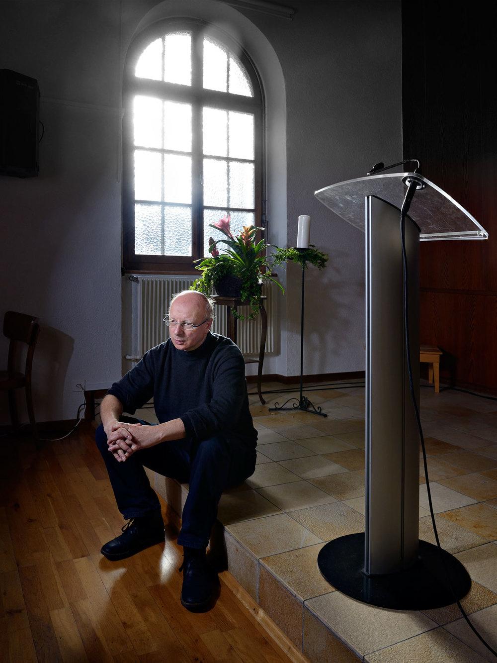 Claude Bordigoni, pasteur de l'Eglise évangélique libre de Reconvilier, dans son église, le 3 décembre 2013. Copyright Bertrand Cottet