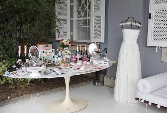O Espaço da Noiva no evento Vestidas para Brindar by Chandon, com produtinhos-desejo da Sisley e vestido da estilista Mariana Biasi no manequim - Foto: Carol Cairo/Bazaar