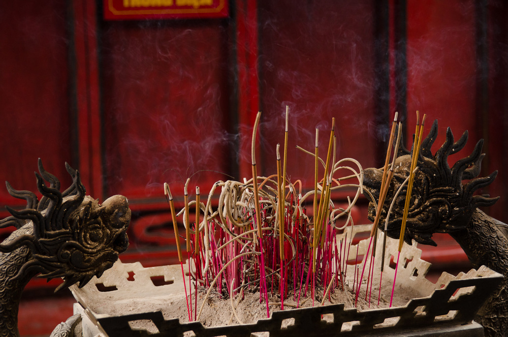 hanoi-temple-of-literature-incense.jpg