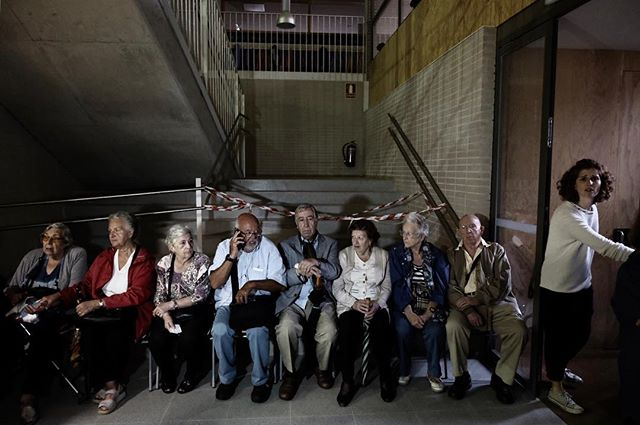 "Catalan referéndum in #catalunya #barcelona.  Aged people seated after several hours waiting to vote in the ""Escola l'Univers""  #love #picoftheday #1oct #catalanreferendum #selfdefense #notincpor #referendum  #catalunyalliure #mesdemocracia #rajoydimision"