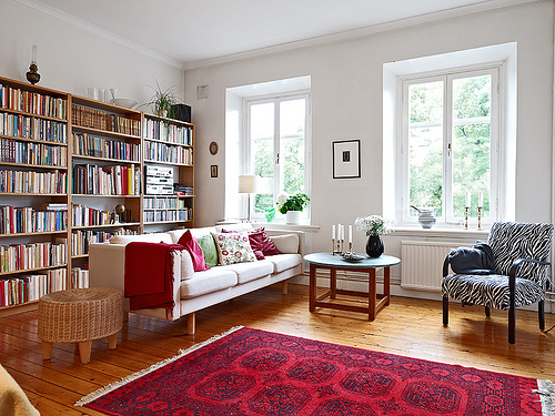 I wish I could have a living room like this one. It's bright, it has two beautiful big windows, well balanced colors, lots of books and records.   Except the carpet…