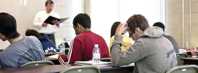 SAT 서브젝트 시험은 가능한 학년이 끝나는 5월이나 6월이 적기다. 사진은 엘리트 학원에서 학생들이 공부하고 있는 모습.