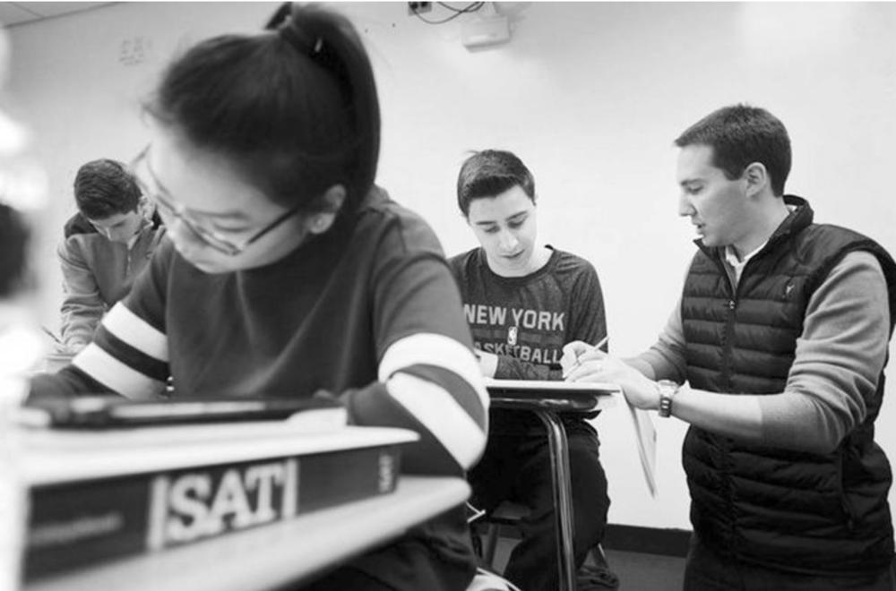 뉴욕에 있는 한 고등학교 학생들이 교사의 지도를 받으며 SAT를 준비하고 있다. [AP]