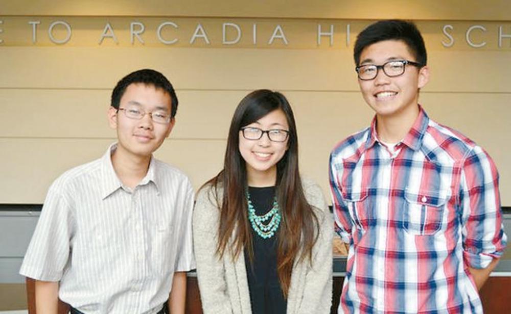 지난해 SAT 만점을 받은 아케이디아 고교 학생들. 왼쪽부터 타이투스 우, 해나 이, 제프리 웡 군(왼쪽부터)이 학교 정문 앞에서 활짝 웃고 있다.