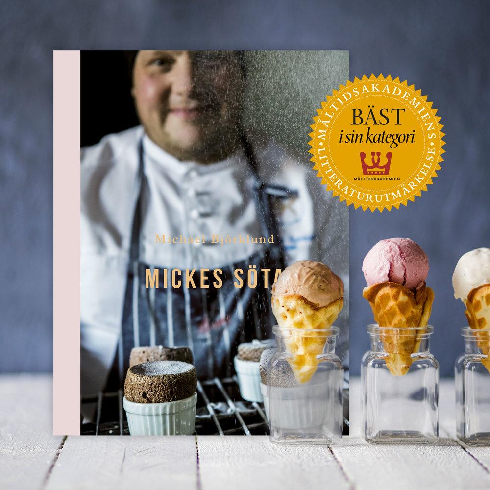 Mickes söta (2017) - Välkommen på ett storslaget kaffekalas där mästerkocken och matfilosofen Michael Björklund och hans mamma Ritva bjuder på mjuka kakor, spröda drömmar och en förtjusande marängtårta.Häng med till ett trendigt Stockholmskonditori där Micke lär sig dekorera maffiga tårtor. Följ också med till anrika godisfabriker och nya glasstillverkare.I den här boken varvas syndigt goda chokladfondanter med knäckiga bärpajer. Självklart svänger Micke också ihop en smarrig Ålandspannkaka.Låt dig inspireras av recept på ljuvliga desserter som sätter guldkant på middagen och får gästerna att jubla.