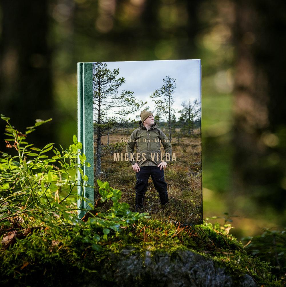 Mickes vilda (2018) - Mickes vilda – tredje boken i Michael Björklunds kokboksserieI ett stilla duggregn befinner sig Michael Björklund på älgjakt. Den åländska mästerkocken upplever jaktens magi när stunder av rogivande tystnad varvas med rejäla adrenalinkickar.I Mickes vilda tas olika styckningsdelar till vara. Likaså tillagas olika villebråd. Ätbara bär, svampar och växter förvandlas till läckra rätter. Dessutom ingår tips på hur drycker framgångsrikt kombineras med vilt. Skogen och naturen är fyllda av matskatter. Det handlar om att plocka, samla och ta tillvara läckerheter som naturen bjuder på. Det handlar också om att njuta av naturen.