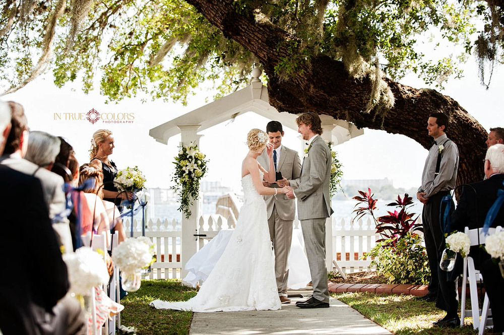 Palmetto Riverside bed and breakfast wedding, outdoor wedding ceremony under the tree, in true colors photography